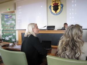 Perussuomalaisten Naisten kevätkokous Porissa. Kuvassa kansanedustajat Laura Huhtasaari ja Kike Elomaa, keskellä puheenjohtaja